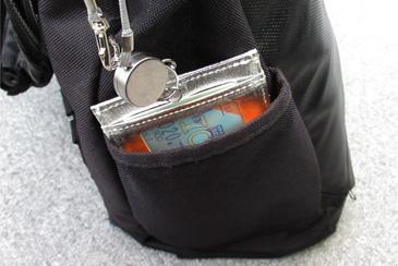 敬老乗車証パスケースをカバンのポケットに入れた写真
