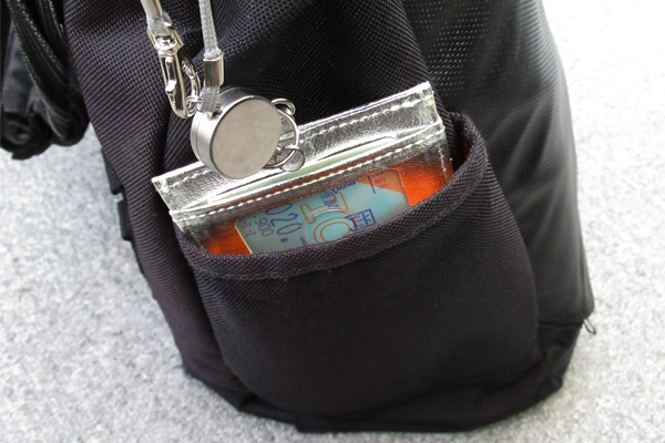 敬老乗車証パスケースをカパンのポケットに入れた写真