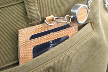 敬老乗車証パスケースをズボンのポケットに入れた写真